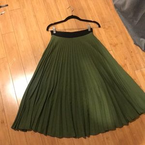 Gorgeous Green long pleated skirt. MNG USA XS